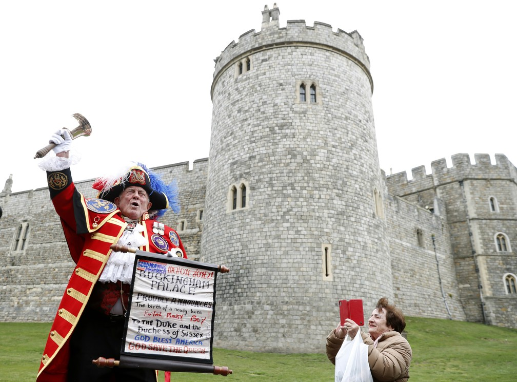 Homem fantasiado de anunciante celebra o nascimento do bebê de Meghan e Harry, na segunda-feira (6), do lado de fora do Palácio de Windsor. — Foto: Alastair Grant/AP