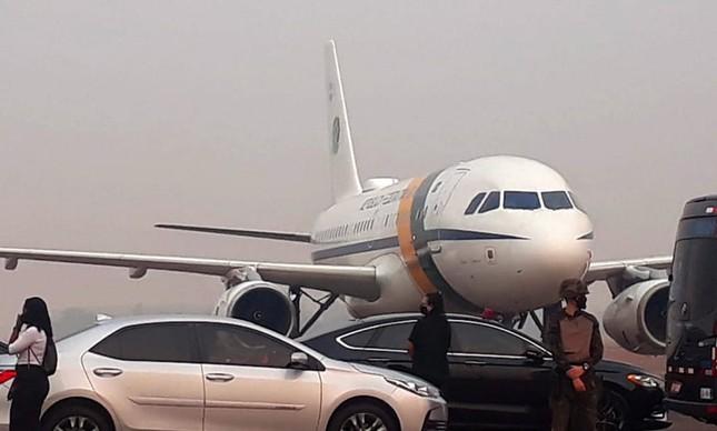 O avião presidencial em meio à fumaça das queimadas em Sinop (MT)