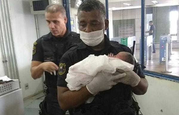 Os agentes de segurança do metrô ajudaram Silvia a realizar o parto (Foto: Reprodução)