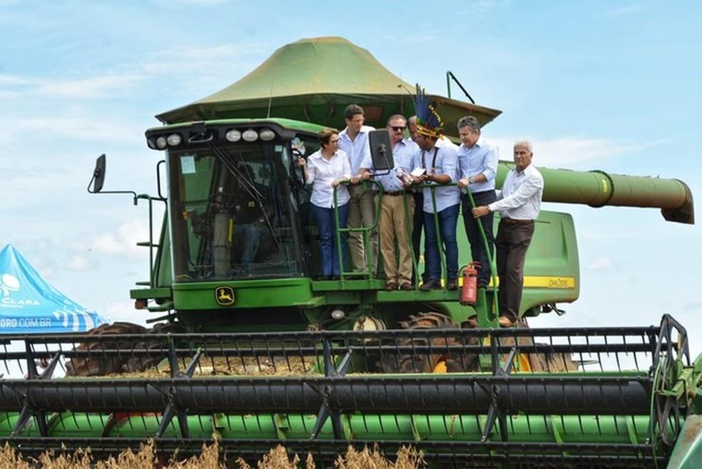 Ministros subiram em colheitadeira usada por índios em lavoura — Foto: Tchelo Figueiredo/ Secom-MT