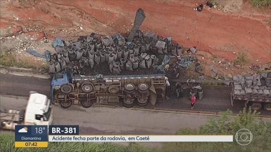 Caminhão com carvão tomba na BR-381, na Grande BH