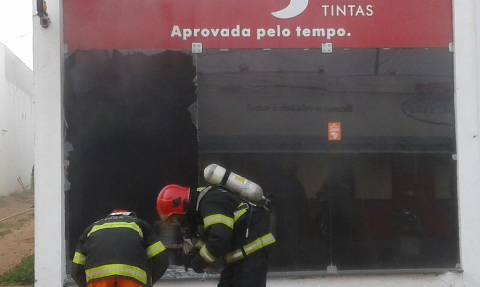-  Vidraças da loja Di Ferro foram quebradas para que os bombeiros pudessem entrar e conter o incêndio  Foto: Bena Santana/Rádio 94 FM