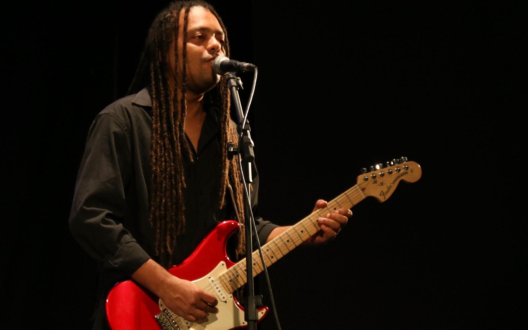 Julio Caldas Blues Trio se apresenta na programação online do Teatro Gamboa Nova; confira