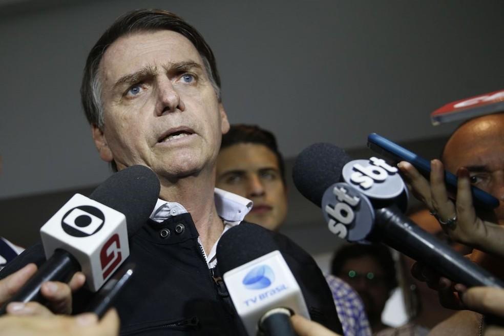 O candidato Jair Bolsonaro (PSL) fala à imprensa após gravação de campanha, no Rio de Janeiro neste sábado (13)  — Foto: Fernando Frazão/Agência Brasil
