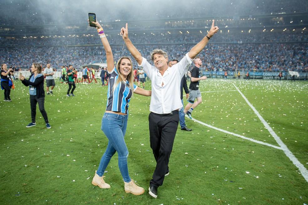 """Renato contou com o """"amuleto"""" Carol Portaluppi em decisão do Grêmio (Foto: Lucas Uebel / Grêmio, DVG)"""