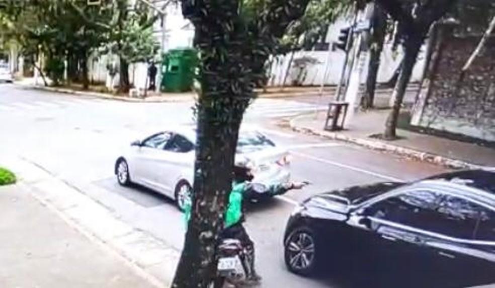 Assaltante aponta arma para carro e depois rouba dois relógios de luxo das vítimas na Zona Sul de São Paulo — Foto: Reprodução/Divulgação/Polícia Civil