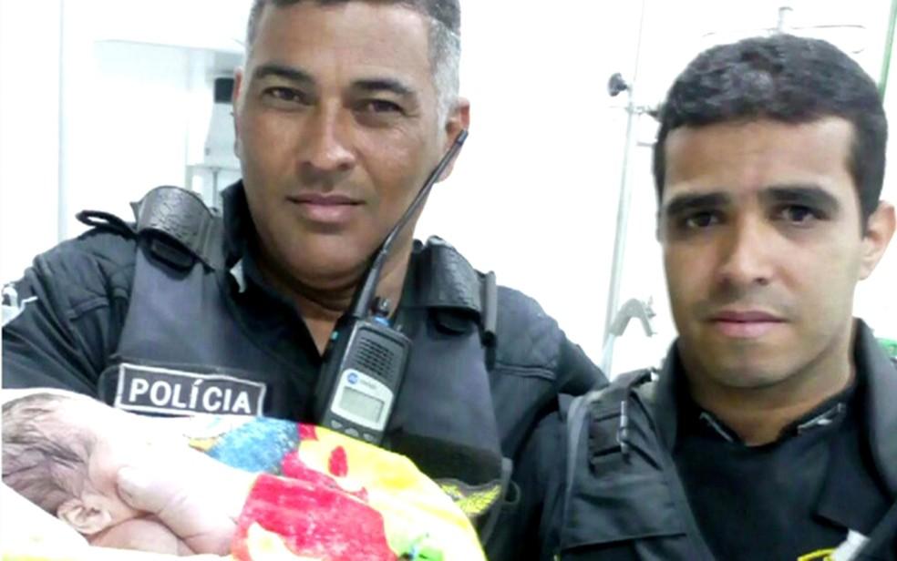 Policiais resgataram bebê em canaleta na Zona Oeste do Recife (Foto: Reprodução/TV Globo)