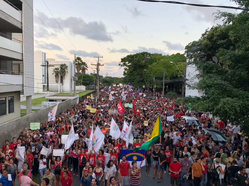 Passeata contra bloqueio de verbas na educação passa por ruas do Centro do Recife (PE) — Foto: Edilson Segundo/G1