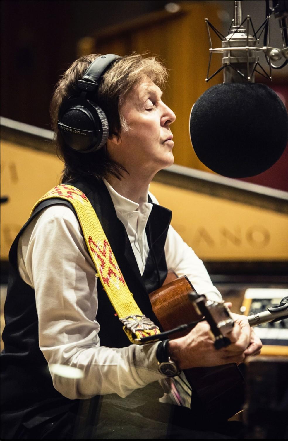 Paul McCartney no estúdio de gravação durante sessão do álbum 'Egypt Station' (Foto: Divulgação)