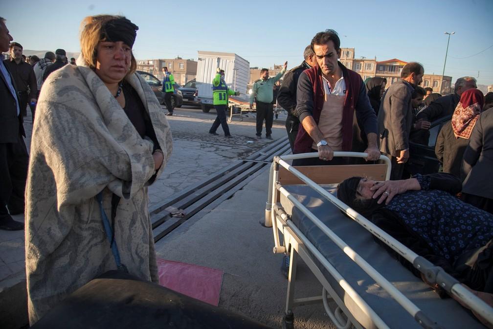 -  Mulher ferida em terremoto é retirada de local afetado nesta segunda-feira  13  na Kermanshah  Foto: Tasnim News Agency/Reuters
