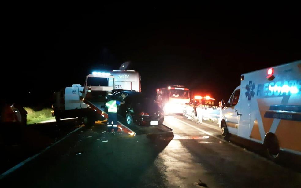 Batida entre três veículos deixou cinco feridos na BR-116, em Vitória da Conquista — Foto: Divulgação/PRF