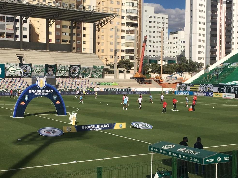 Jogadores do São Paulo chegaram a aquecer no gramado — Foto: O Popular