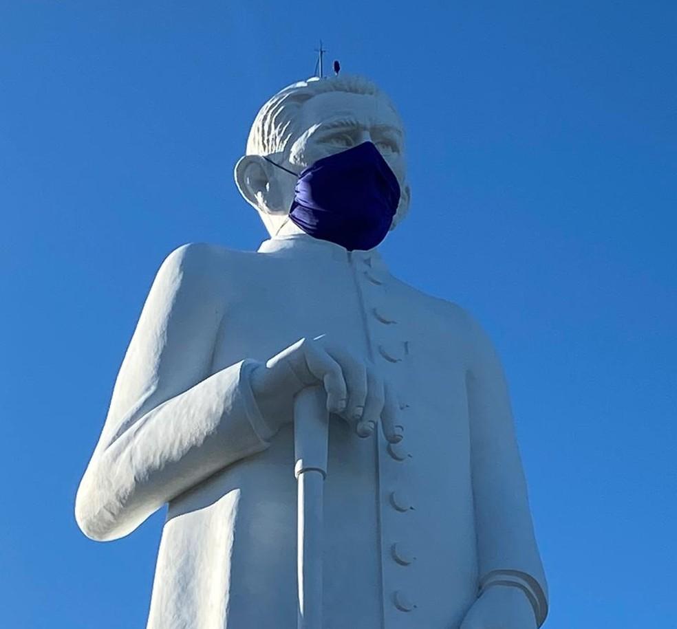 A máscara foi instalada com a ajuda de um carro do Corpo de Bombeiros e três militares.   — Foto: Edson Freitas/SVM