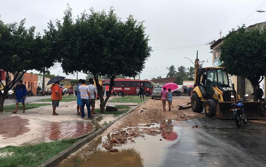 Lama espalhada pela cidade de Coronel João Sá, na manhã desta sexta-feira (12) — Foto: Alan Tiago/G1