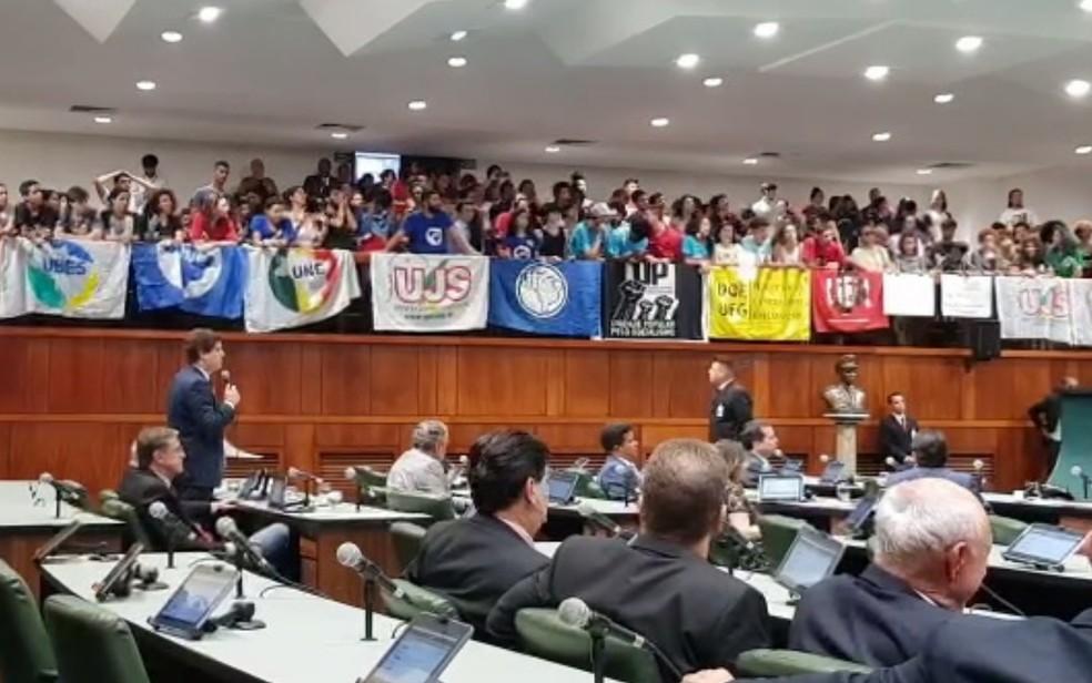 Estudantes acompanharam sessão e protestaram contra mudança proposta no Passe Livre Estudantil, em Goiás — Foto: Reprodução/TV Anhanguera