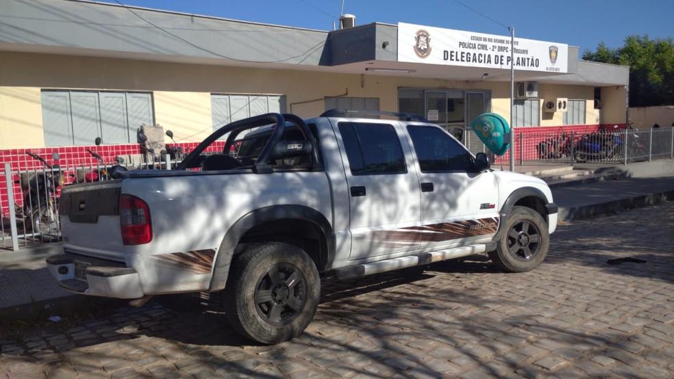 Bandidos fizeram arrastão em Upanema na noite desta segunda (7) usando carro roubado  — Foto: Hugo Andrade / Intertv Costa Branca