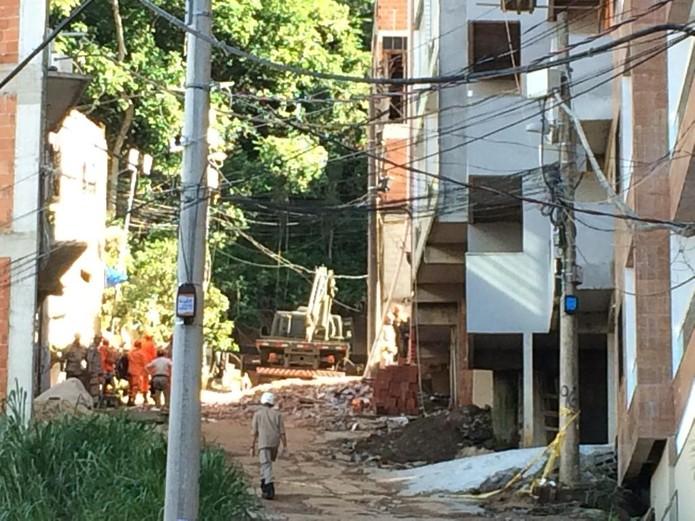 No quinto dia de buscas na Muzema, bombeiros usam equipamento do Exército para auxiliar nos trabalhos — Foto: Alba Valéria Mendonça / G1