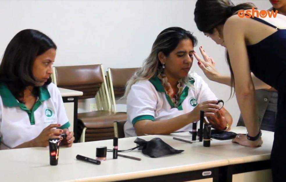 Themis Briand ministra cursos de automaquiagem para pessoas com deficiência visual — Foto: Divulgação
