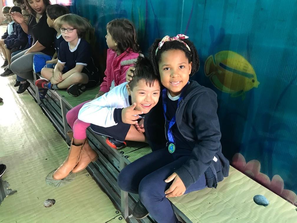 Miguel com a colega Larissa durante uma atividade escolar (Foto: Ana Luiza de Carvalho/G1)
