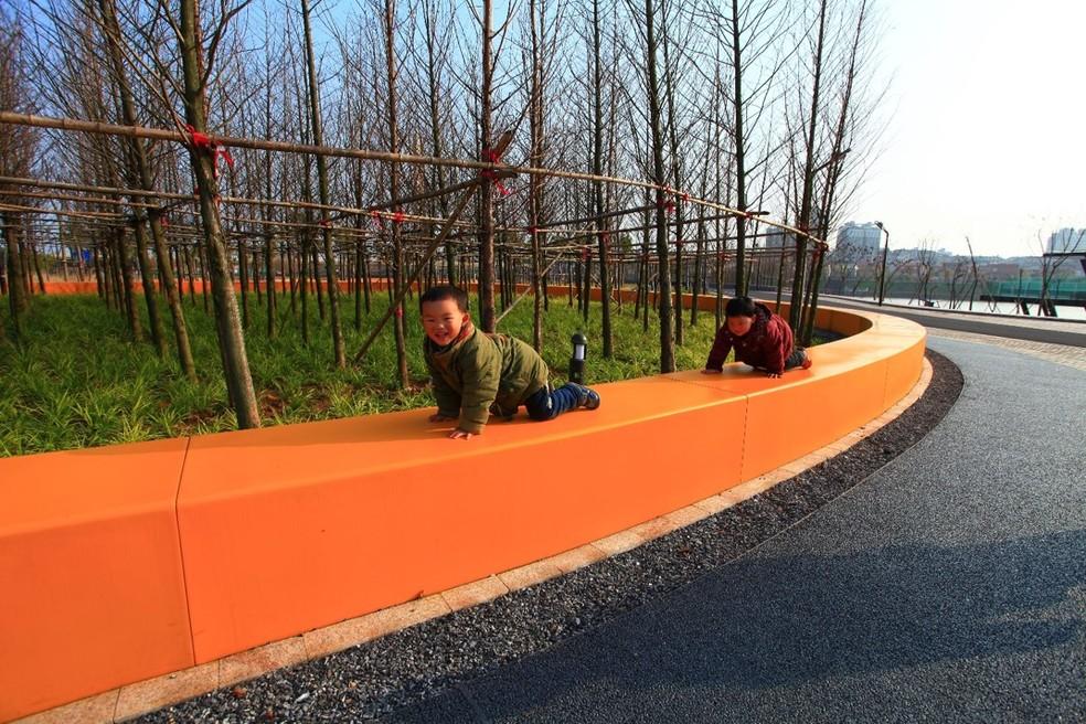 Concreto permeável usado na construção do Parque Yanweizhou, em Jinhua, na China — Foto: Turenscape/Divulgação
