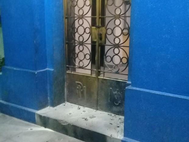 Ataque ao prédio da prefeitura aconteceu na madrugada desta terça (14) (Foto: Divulgação/PM)