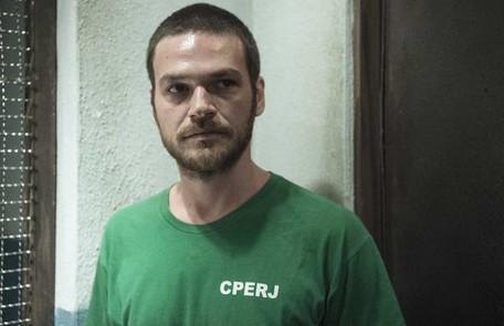 Na segunda (9), Rubinho (Emilio Dantas) será intimidado por outros presos na cadeia Reprodução