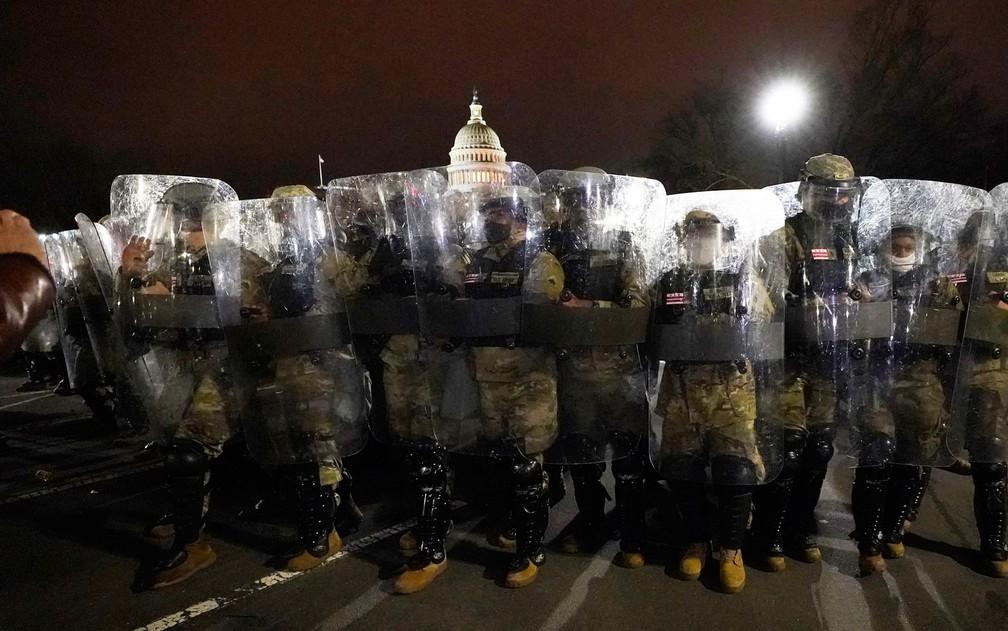 Segurança é reforçada no Capitólio após retirada de extremistas apoiadores de Trump — Foto: Julio Cortez/AP