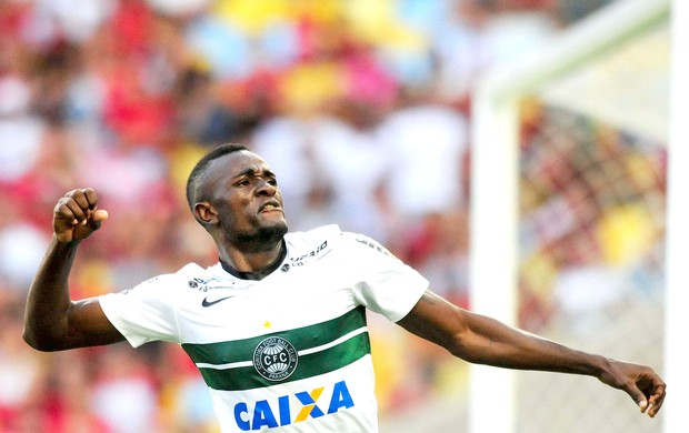 Joel comemora gol do Coritiba contra o Flamengo (Foto: Dhavid Normando / Agência Estado)