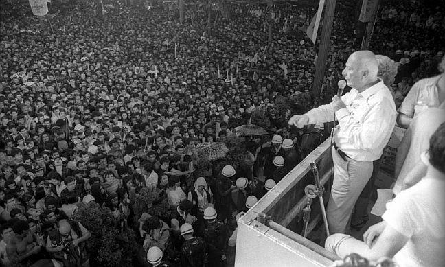 Ulisses Guimarães, Praça da Sé, São Paulo, em 25 de janeiro de 1984, durante o movimento Diretas Já (Foto: Antonio Carlos Piccino / Agência O Globo)