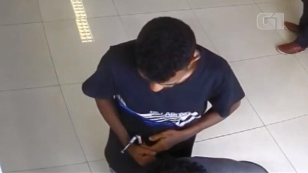 Vídeo mostra preso tirando algemas antes de fugir de fórum no Piauí.  — Foto: Reprodução