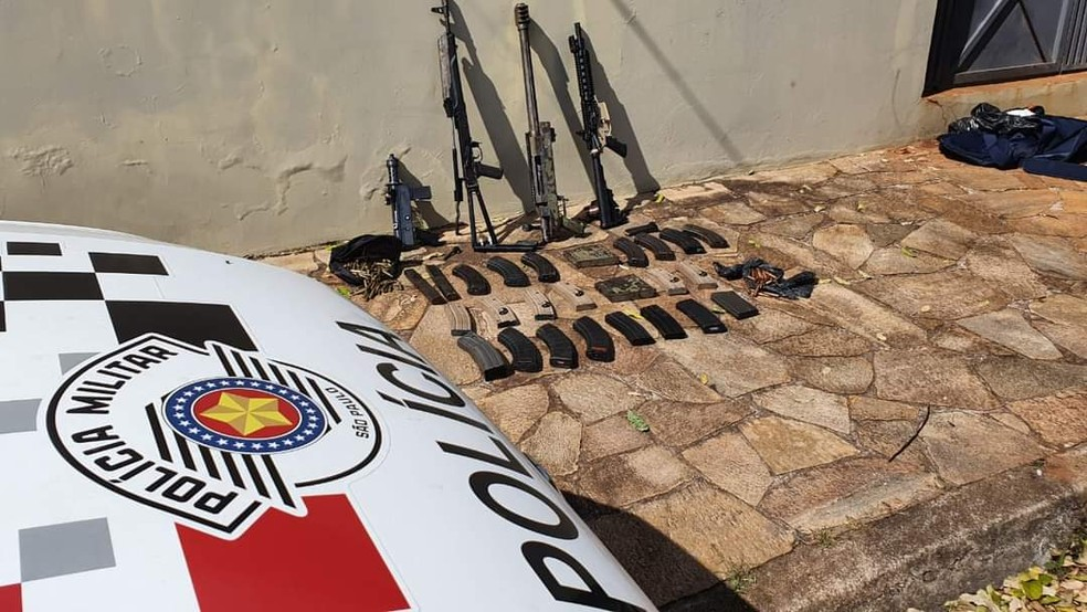 Sete fuzis, uma metralhadora, munição e explosivos foram apreendidos nesta quinta-feira em Botucatu — Foto: Polícia Militar/Divulgação