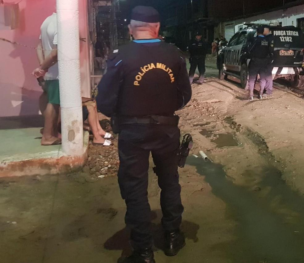 Dupla invadiu casa e matou jovem na frente da irmã do Parque Potira, em Caucaia. — Foto: Rafaela Duarte/ SVM