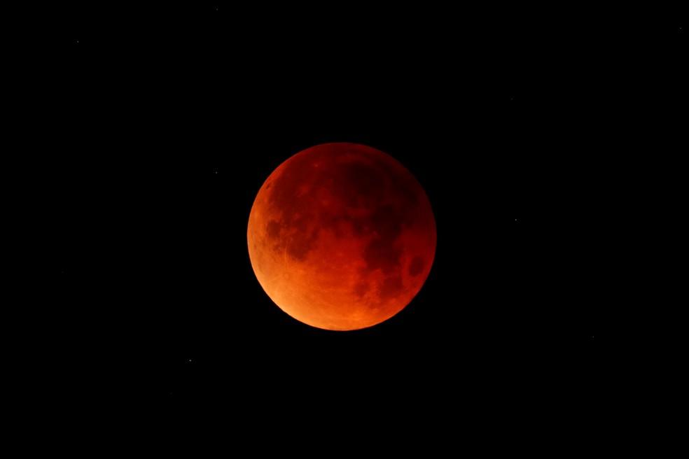 Lua de sangue do dia 31 de janeiro de 2018, na Califórnia, nos Estados Unidos (Foto: Mike Blake / Reuters)