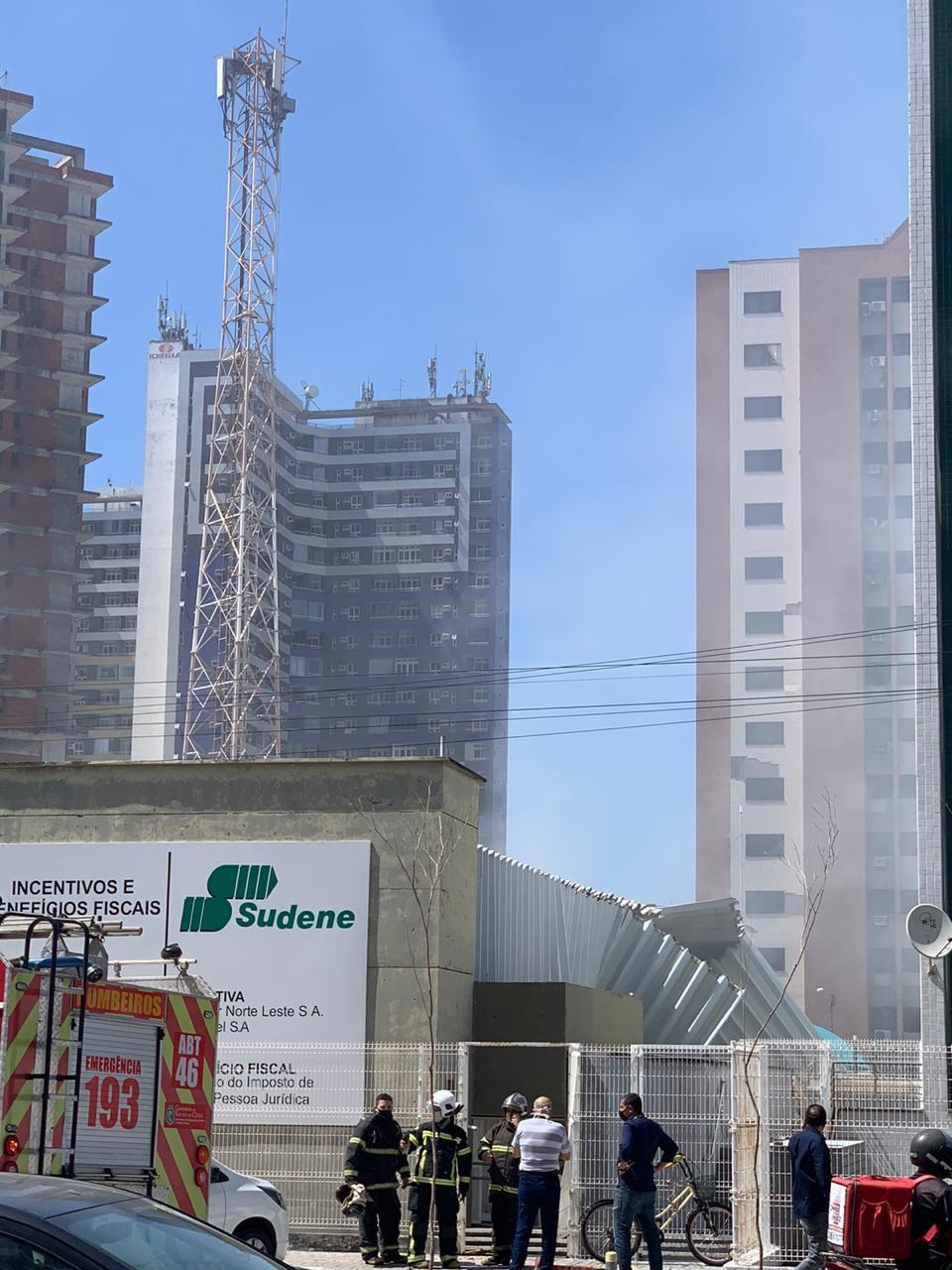 Explosão atinge prédio empresarial no Bairro Papicu, em Fortaleza