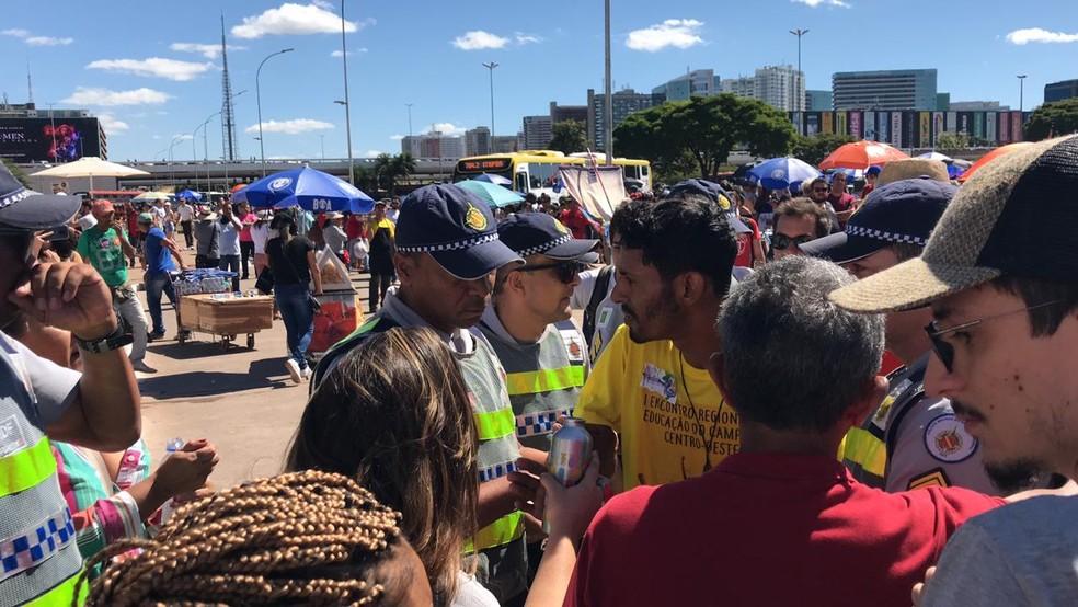 Confusão entre policiais militares e estudantes durante protesto contra cortes de verbas na educação, em Brasília, nesta quinta-feira (30) — Foto: Luiza Garonce/G1