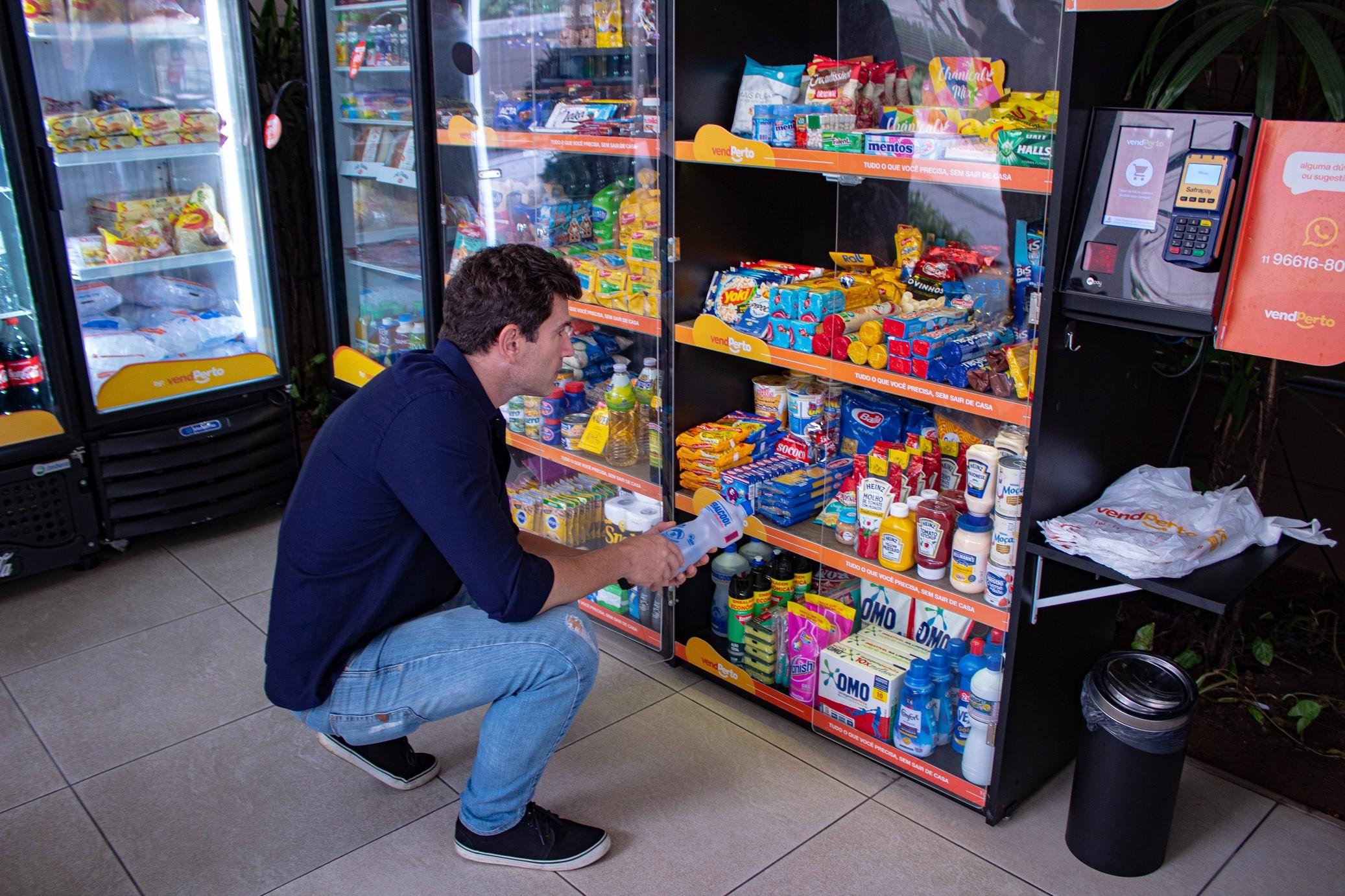Minimercado da VendPerto: armários ficam abertos, e cliente faz o próprio atendimento