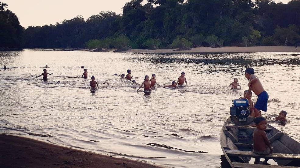 Crianças indígenas brincam em um rio na Amazônia: importante contato com a natureza (Foto: Arquivo Pessoal)