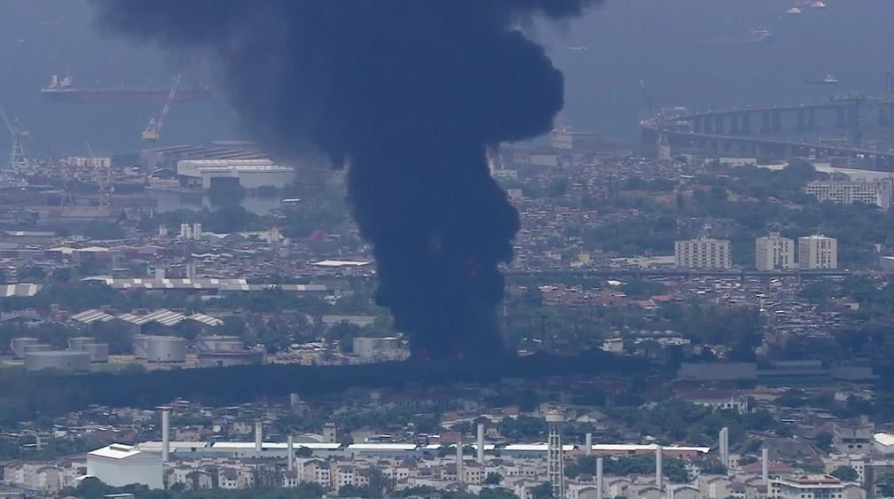 Fumaça negra do incêndio na refinaria de Manguinhos — Foto: Reprodução/TV Globo