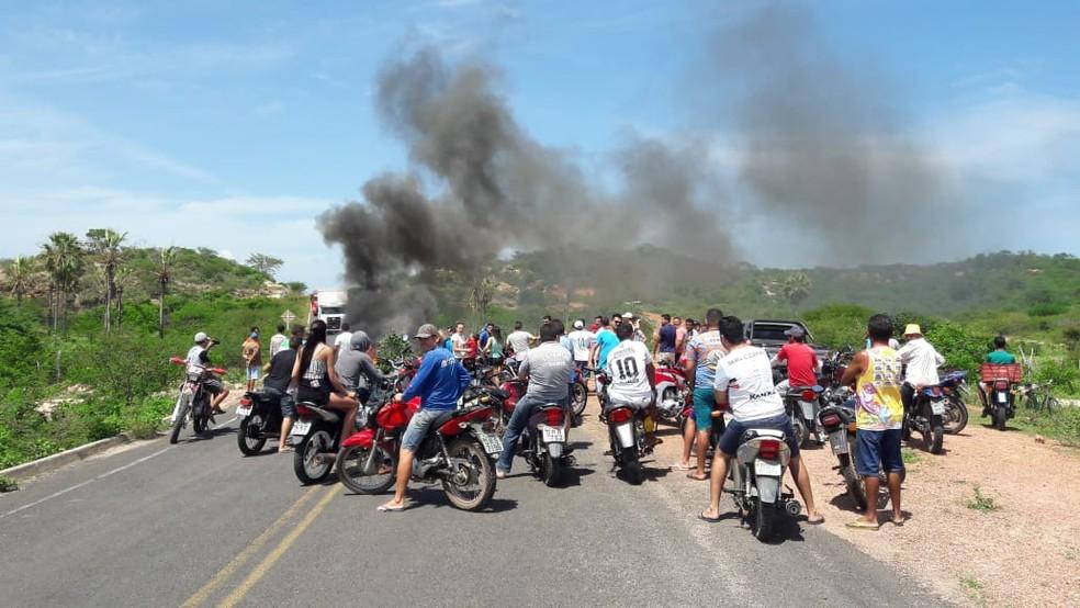 Moradores de Buriti dos Montes fecham trânsito na PI 322 em protesto pela falta de asfalto  — Foto: Gerson Oliveira
