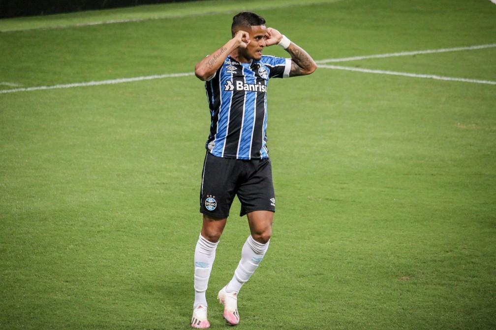 Everton comemora gol do Grêmio contra o Atlético-MG pelo Brasileirão — Foto: Lucas Bubols/ge.globo