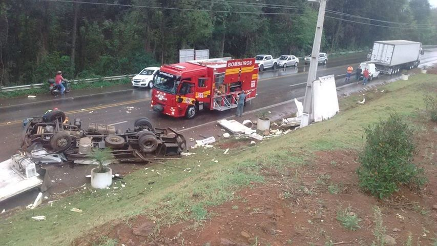 Duas pessoas morrem após caminhão capotar na SC-135, em Tangará - Notícias - Plantão Diário