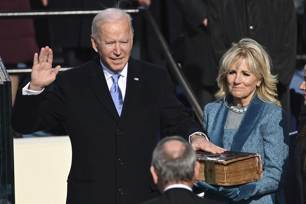 Presidente Joe Biden faz o juramento ao tomar posse nos EUA em 20 de janeiro de 2021 — Foto: Saul Loeb/Pool/AP
