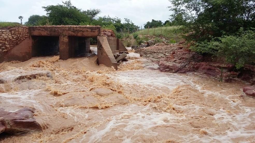 Chuvas causaram estragos em Apodi. Na zona rural, parte de uma ponte foi levada pela enxurrada (Foto: Erivan Morais)