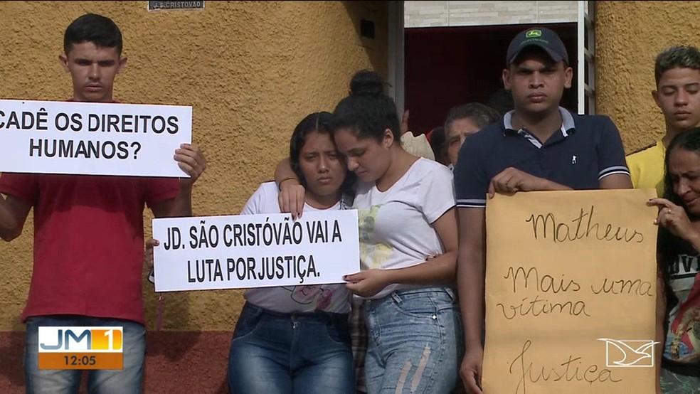 Família de Marcos Matheus pede justiça para a morte do jovem que foi alvejado por PMs. — Foto: Reprodução/TV Mirante