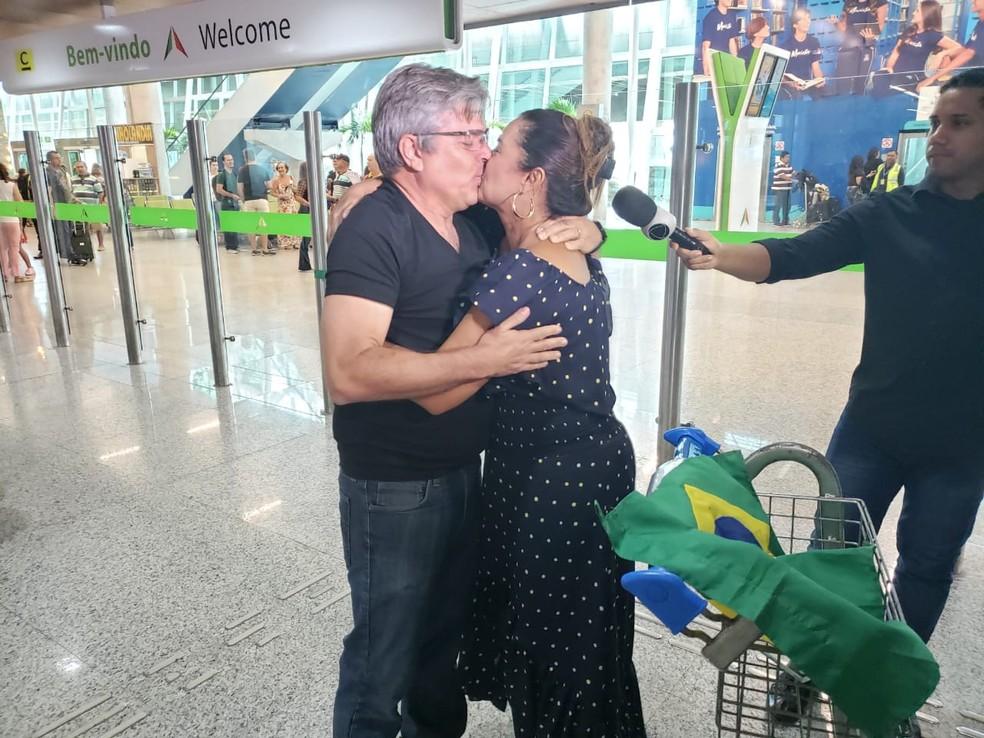 Mauro Hart encontra família no aeroporto — Foto: Bruno Vital/G1