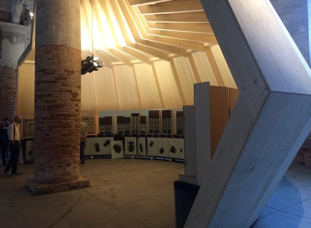 """O arquiteto suíço Mario Botta é um dos maiores nomes da arte de construção integrada ao meio ambiente e à cultura ao redor. Com seus estudantes do primeiro ano da  """"Accademia di Mendrisio"""", Mario projetou uma estrutura de madeira e no interior um tabernác (Foto: Divulgação)"""