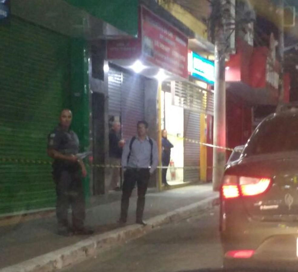 Frente do estabelecimento em que ocorreu o crime foi isolada no Centro de São José (Foto: Rede Policial/Divulgação)