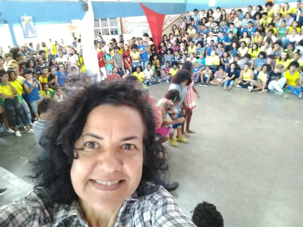 Professora Magali Menezes com alunos em escola em Plataforma — Foto: Magali Menezes/divulgação