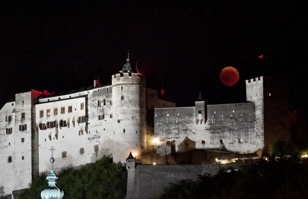 Em Salzburgo, na Áustria, lua de sangue é vista sobre castelo (Foto: Barbara Gindl/APA/AFP )