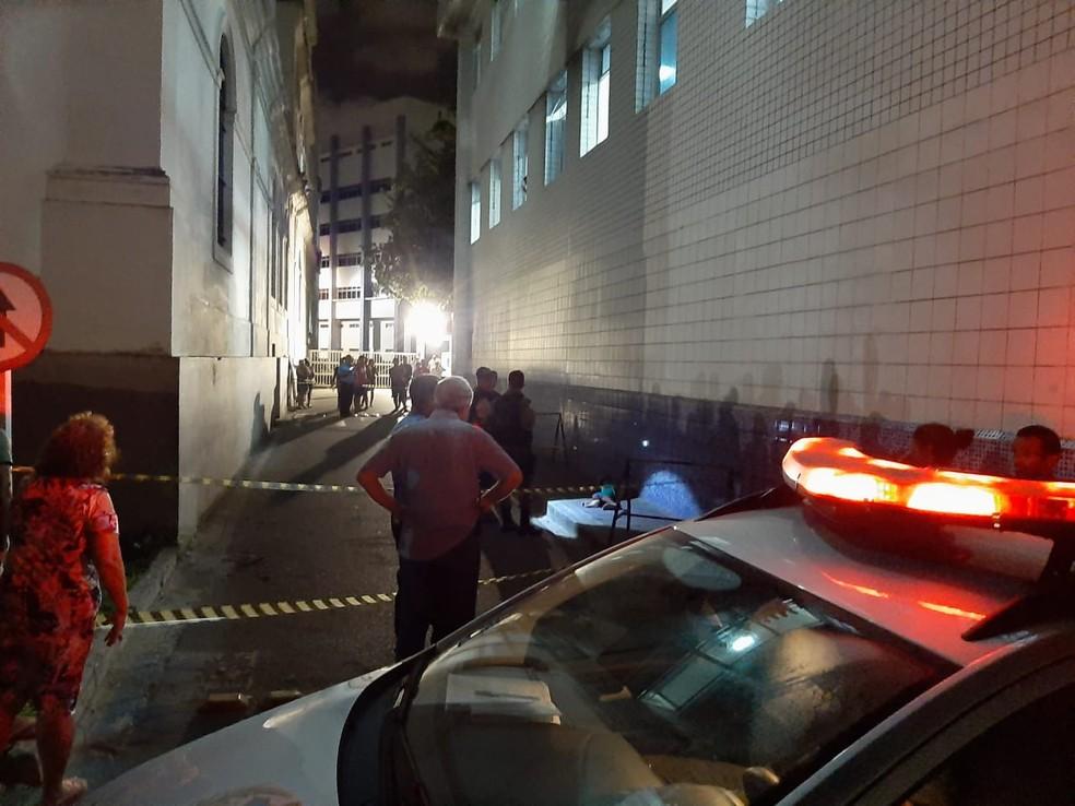 Área do crime, ocorrido no terreno do Imip, no Recife, foi isolada pela polícia, na noite desta quinta (13) — Foto: Reprodução/WhatsApp